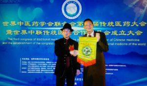 penyerahan-vandel-kepada-ketua-umum-wfcms-prof-sung-cheng-zhe
